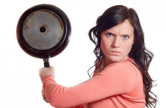 женщина со сковородкой