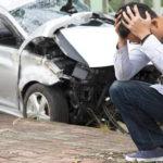 разбитая машина и мужчина