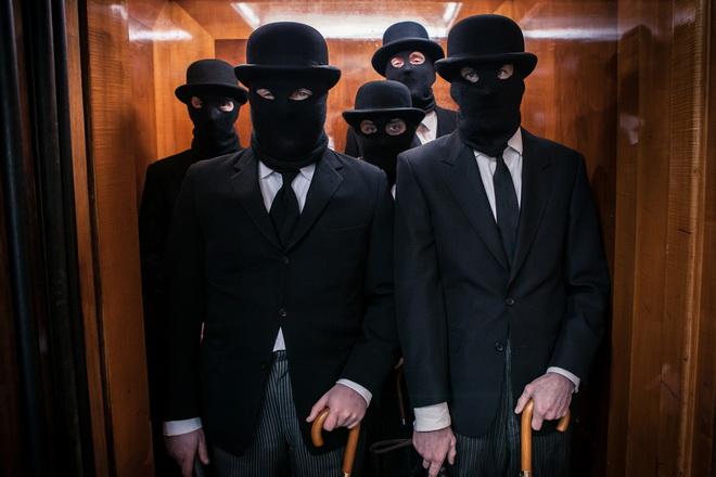 мужчины в масках