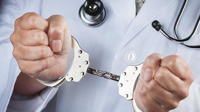 доктор с наручниками