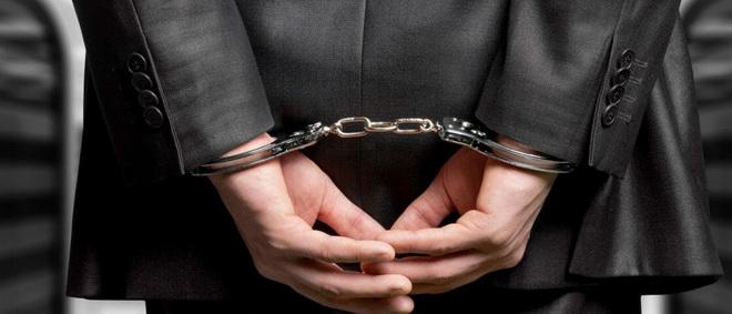 руки за спиной в наручниках