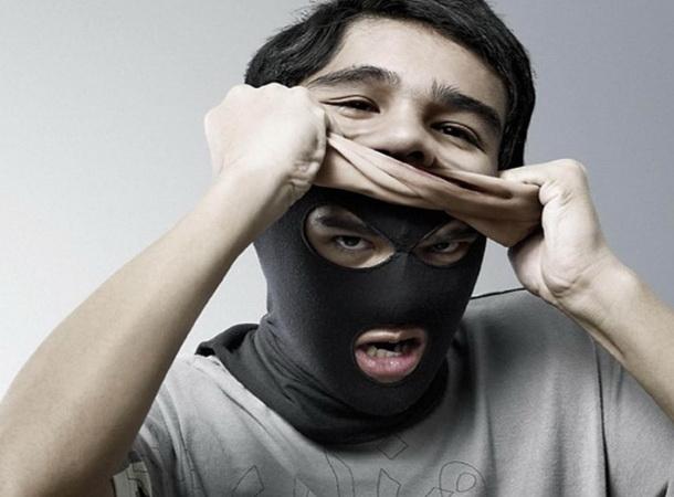 снимает маску