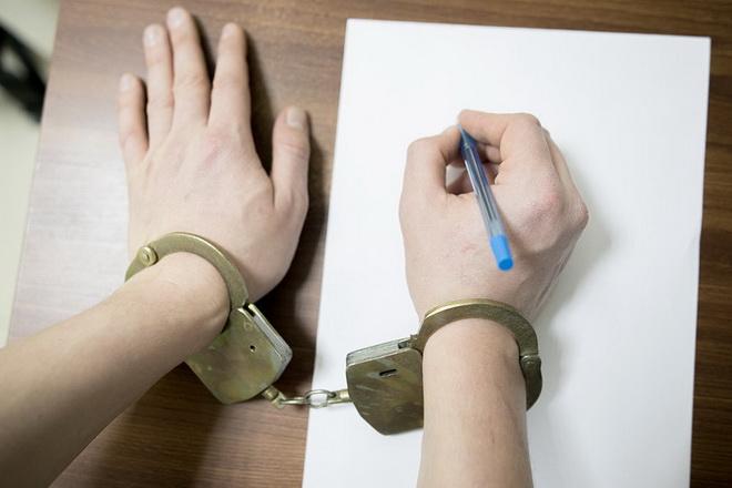 руки в наручниках пишут