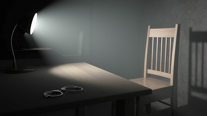 пустой стол и наручниик