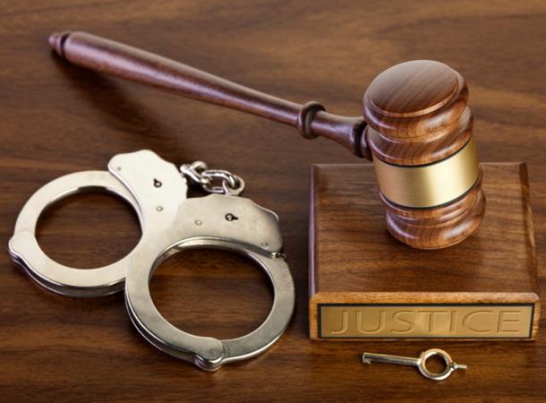 молоток судьи и наручники