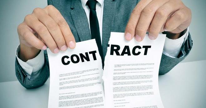 разрывает контракт