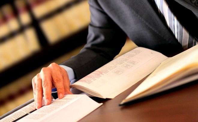 человек изучает книги