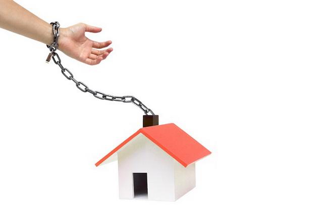 рука на цепи с домом