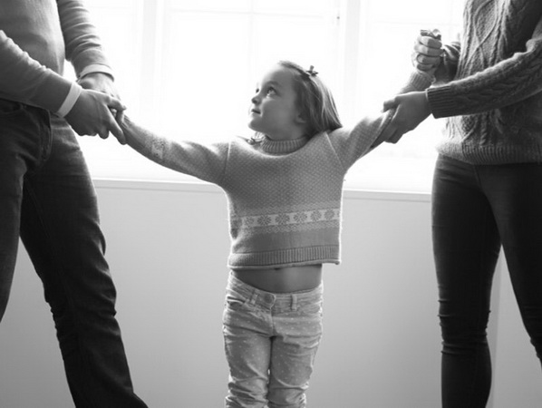 родители делят ребенка