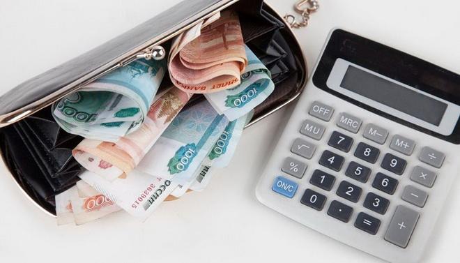 кошелек с деньгами и калькулятор