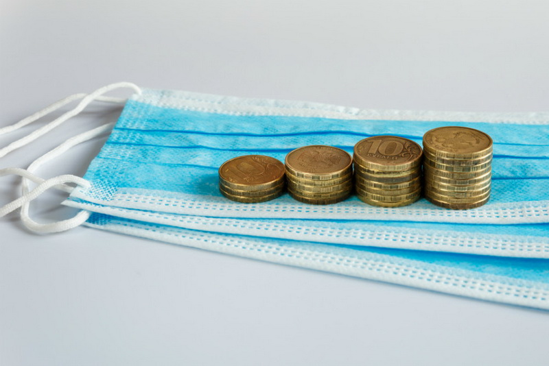медицинская маска и деньги