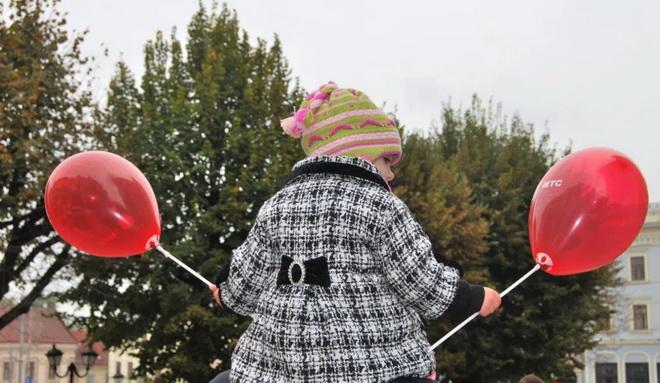 ребенок с шариками